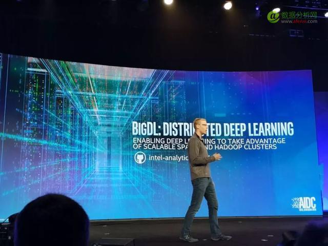 英特尔推新版AI芯片,对标谷歌第三代TPU,现场秀AI作曲神技